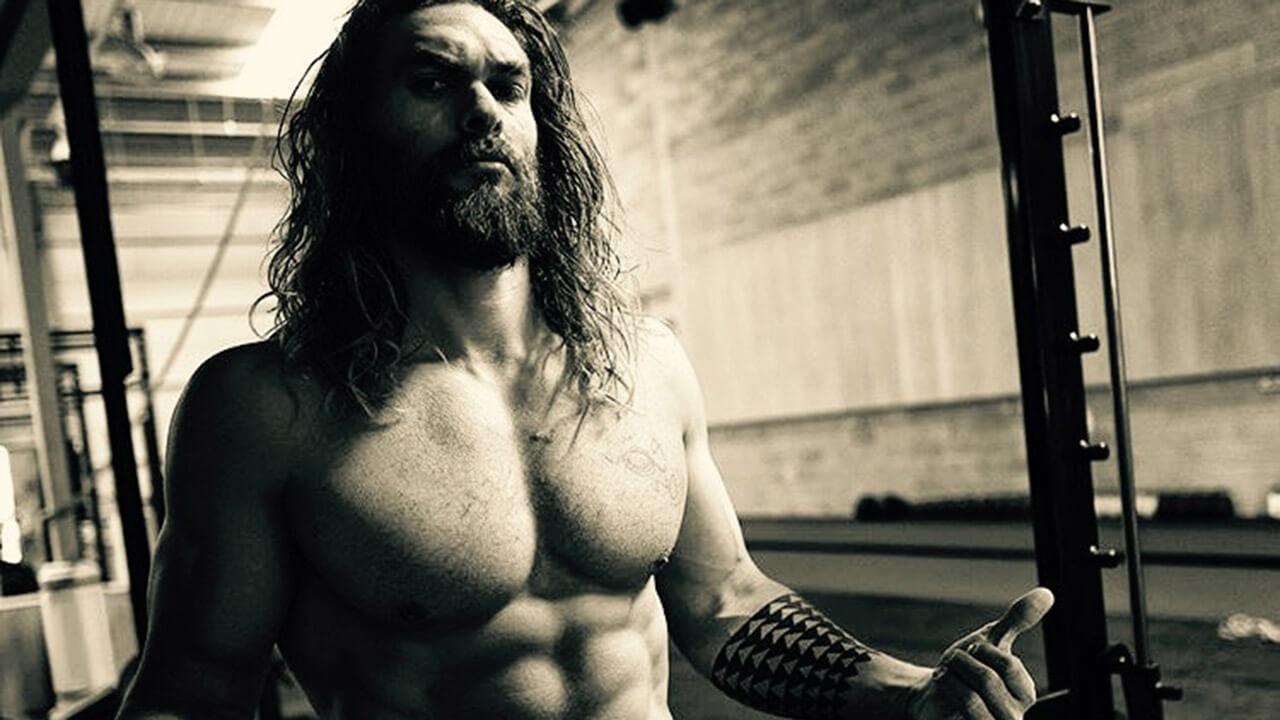 「水行俠」的大肌肌怎麼來的?傑森摩莫亞自爆地獄操肌法,最愛這麼「做」!首圖