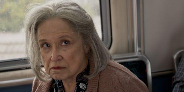 大家都很詫異的《驚奇隊長》預告中,卡蘿丹佛見面就痛扁一位老奶奶的畫面。