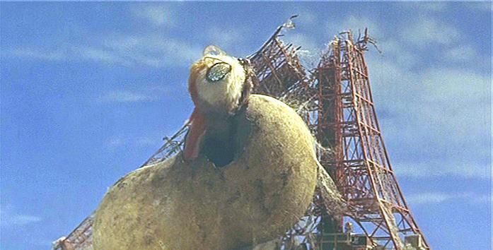 《摩斯拉》片中破繭而出的畫面是東寶史上最大的模型場面。
