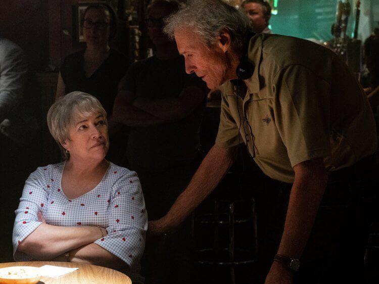 凱西貝茲 (Kathy Bates) 飾演李察朱威爾母親
