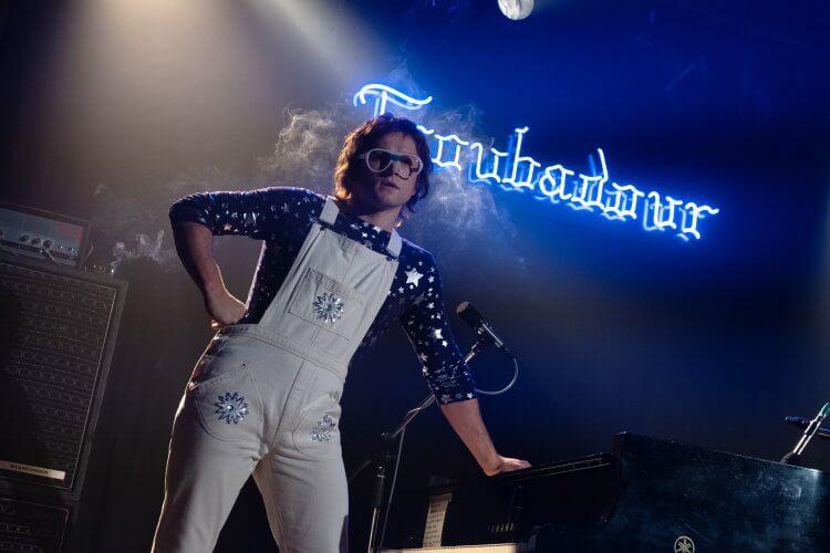 《火箭人》(Rocketman) 中的經典歌曲都是由男主角泰隆艾格頓(Taron Egerton) 親自演唱。