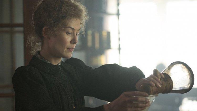 「神奇愛咪」羅莎蒙派克化身諾貝爾得主!居禮夫人傳記電影《愛的放射論》(Radioactive) 預告登場首圖