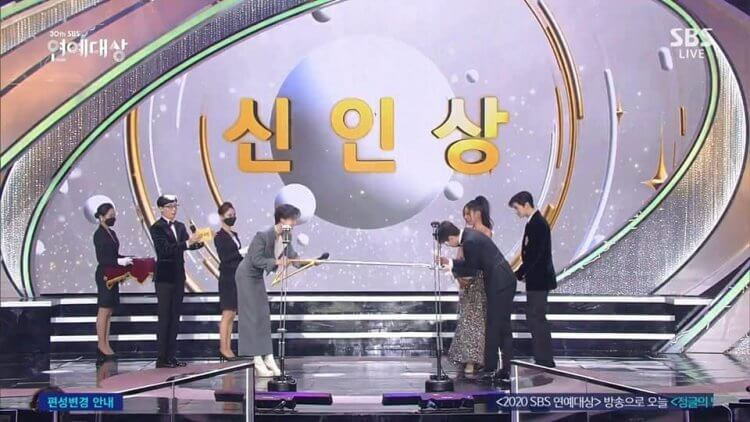 SBS演藝大賞以超常「光洙手臂」進行授獎儀式