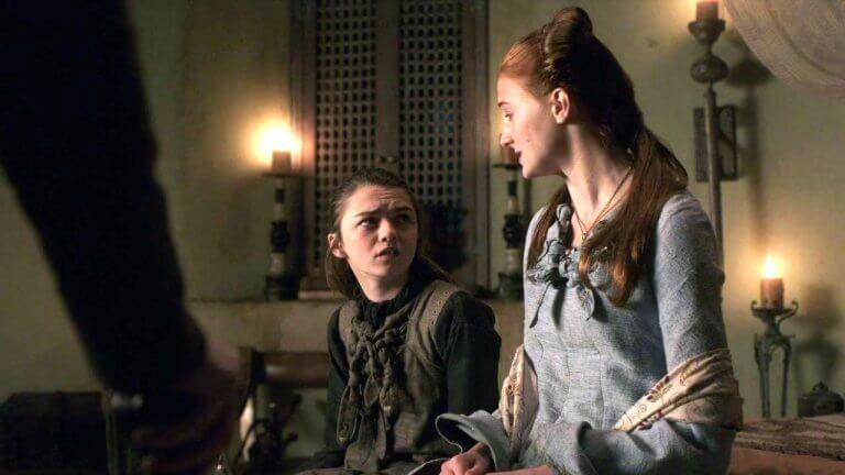 梅西威廉斯(左)與蘇菲特納(右)在《冰與火之歌:權力遊戲》劇中扮演姊妹。