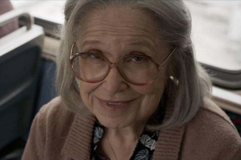 《驚奇隊長》片中,列車上的老奶奶是由史克魯爾人變形偽裝的。