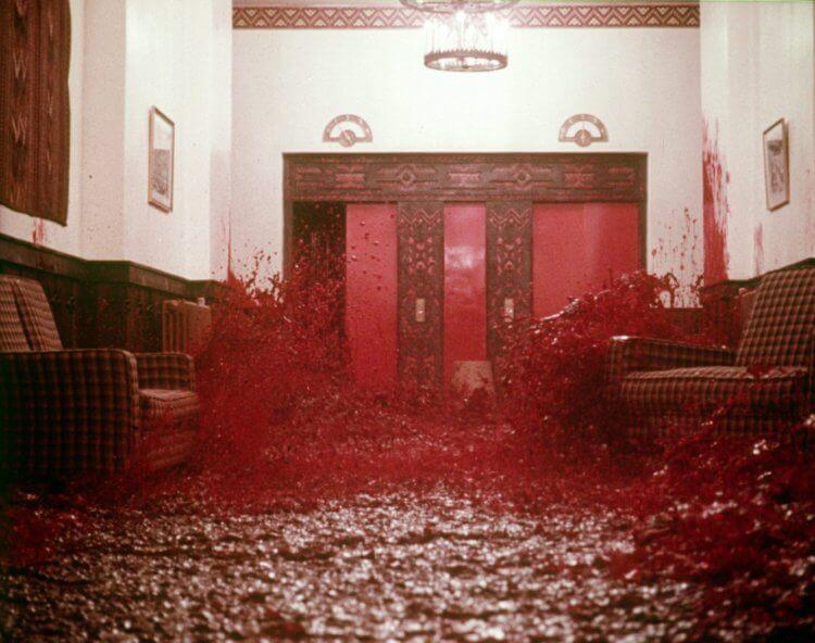 《鬼店》經典場景:被血水浸染的走廊。