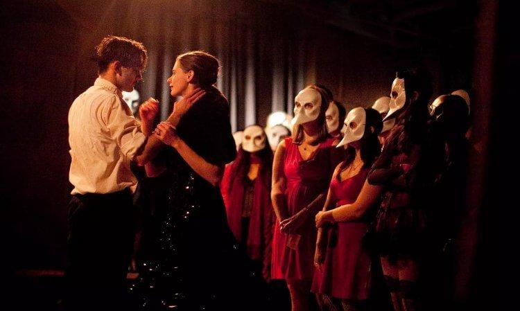 劇團「Punchdrunk」藝術總監菲利克斯巴瑞特 (Felix Barrett) 負責主導 HBO 影集《The Third Day》。