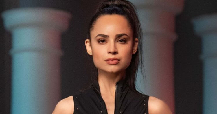 索菲婭卡森在麥可貝監製的武漢肺炎電影《鳴鳥》(Songbird) 飾演女主角。