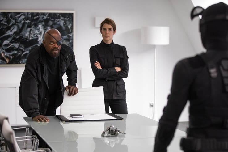 《蜘蛛人:離家日》新一批劇照中,可以看見身著黑色潛行裝的彼得帕克與尼克福瑞以及瑪莉亞希爾探員會面。