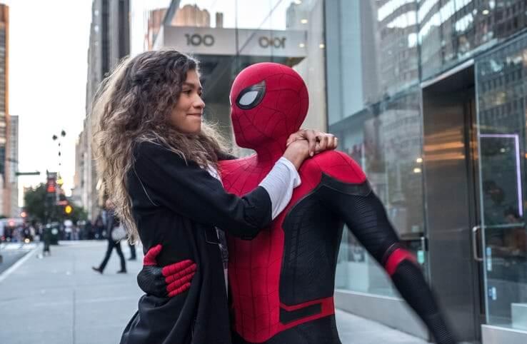 千黛亞飾演的 MJ 蜜雪兒 (Michelle) 和「小蜘蛛」蜘蛛人,《蜘蛛人:離家日》劇照。