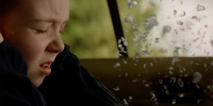 《 X戰警:黑鳳凰 》預告片段中,小小琴葛雷與雙親不幸遭逢車禍變故。
