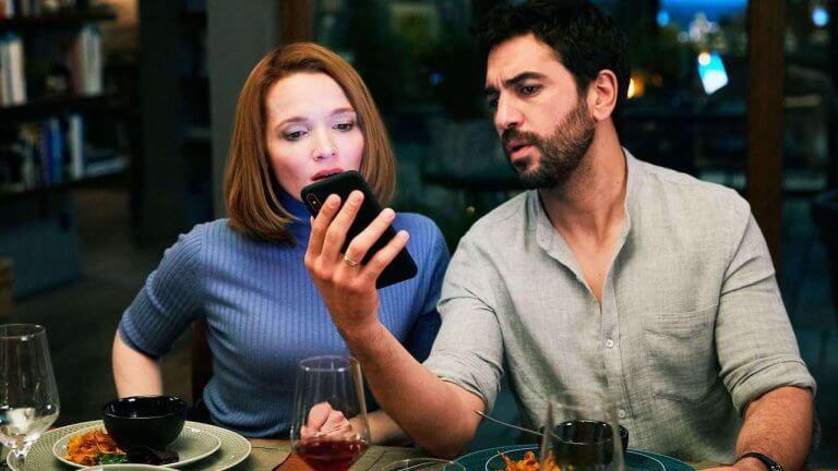 你敢攤開手機讓好友看光祕密嗎?電影《親愛陌生人》影后卡洛琳荷芙絲為戲敬業「撩落去」6/12 上映