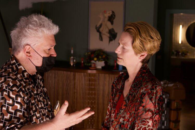 《人聲》片場:阿莫多瓦導演與主演蒂妲絲雲頓。