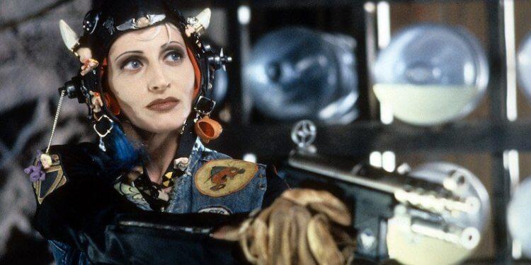 1995 年瑞切爾塔拉萊執導,洛莉派蒂主演的漫改電影《坦克女郎》,女性主義濃厚與科幻末日設定,成為特定粉絲心中的經典之作。