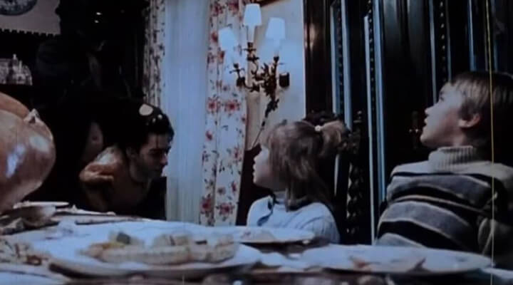 伊萊羅斯為感恩節拍攝的專屬電影「預告片」。