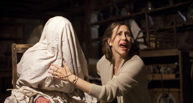 以美國著名驅魔夫妻檔:華倫夫婦參與的驅魔事件為背景製作的《厲陰宅》系列恐怖電影劇照。
