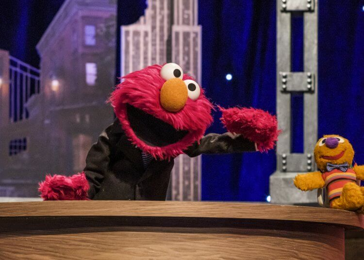 芝麻街系列節目的人氣角色:艾蒙主持的《艾蒙晚點名》脫口秀節目劇照。