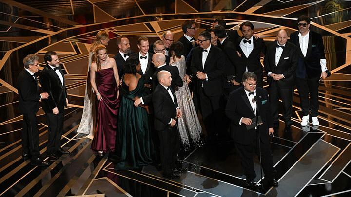 第 90 屆奧斯卡金像獎時奪得最佳影片獎項的《 水底情深 》團隊。
