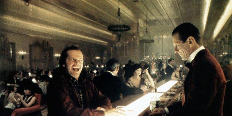 《鬼店》無人吧台轉眼變成滿座的宴會。