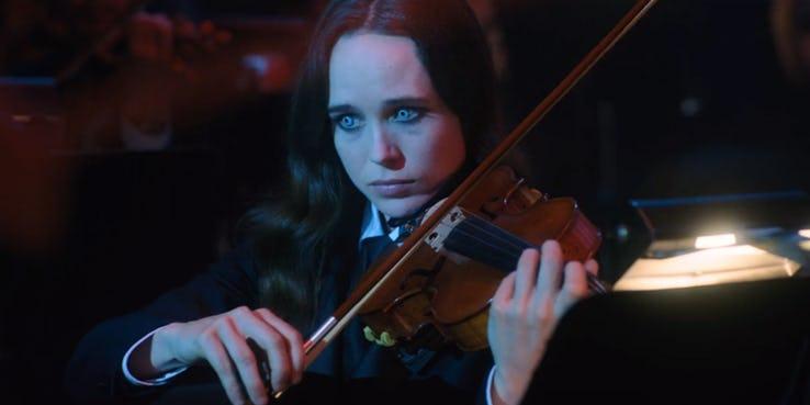 影集《雨傘學院》劇照,7 號凡妮亞成為一名小提琴家,但她蘊含的力量也逐漸爆發。