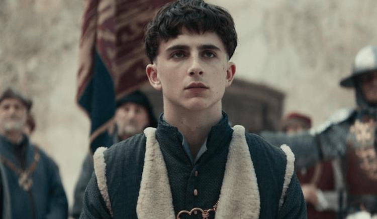 提摩西夏勒梅 (Timothée Chalamet) 在電影《國王》(The King) 中飾演亨利五世。