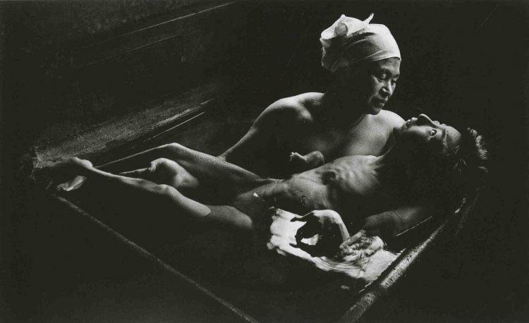 尤金史密斯的作品:《智子入浴》(Tomoko Uemura in Her Bath, 1971)。