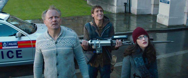 在《雷神索爾 2》中,艾瑞克(左一)曾製造空間轉換儀器協助索爾退敵。