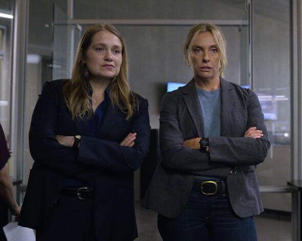 真人真事改編,Netflix 影集《難,置信》中,願意協助受害少女找出真凶的兩位警探(瑪莉特威佛、東妮克莉蒂 飾)。