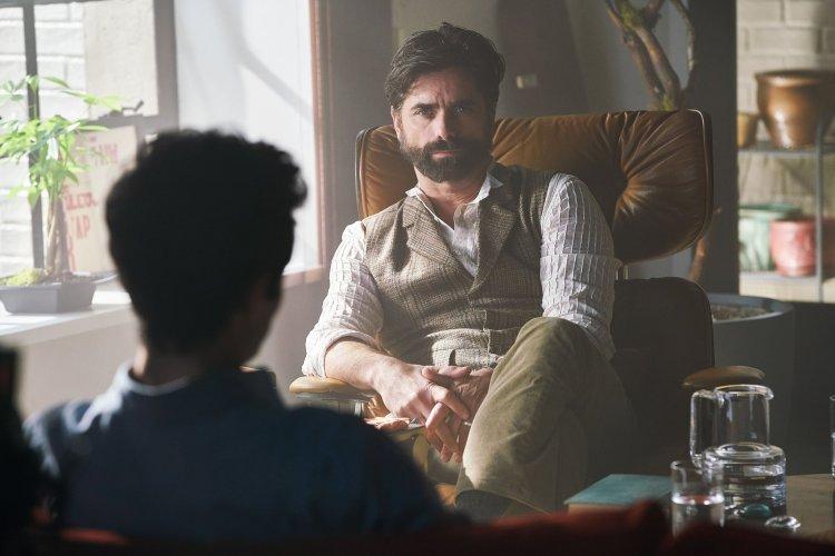 《安眠書店》約翰史坦摩斯 (John Stamos) 飾演的尼基醫師,也與貝可有一腿。