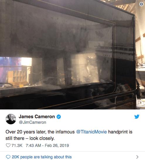 詹姆斯卡麥隆 (James Cameron) 日前在推特上發佈了拍攝《鐵達尼號》時的汽車道具,上面還保有當年蘿絲(凱特溫絲蕾 飾)的手印。