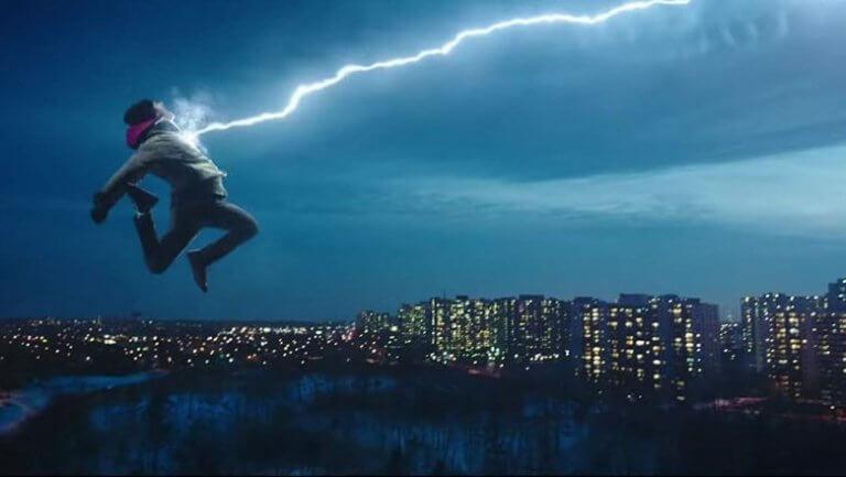 《沙贊!》中的男主角比利只要大喊「shazam」便能使用超能,化身超級英雄「沙贊」。