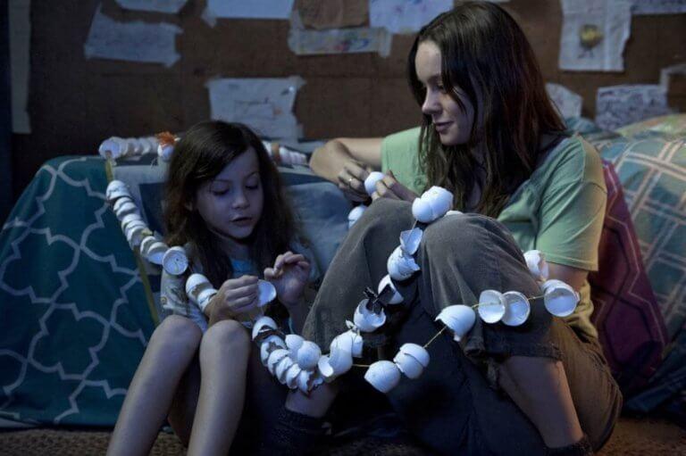 讓布麗拉森抱回小金人的電影《不存在的房間》(Room) 劇照,由 A24 製片公司製作。