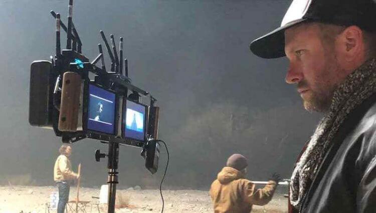 麥可貝監製的武漢肺炎電影《鳴鳥》(Songbird) 導演亞當曼森。