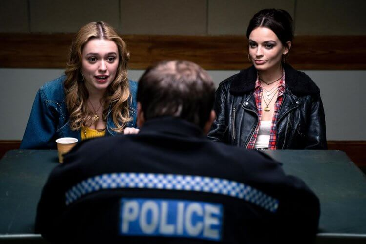 Netflix 青少年喜劇影集《性愛自修室》第二季最新劇照中,女孩們被警察杯杯請去喝咖啡?