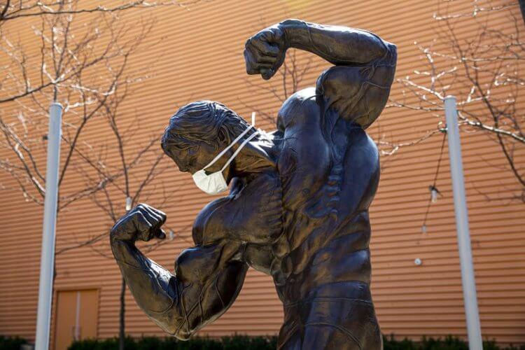 阿諾銅像。