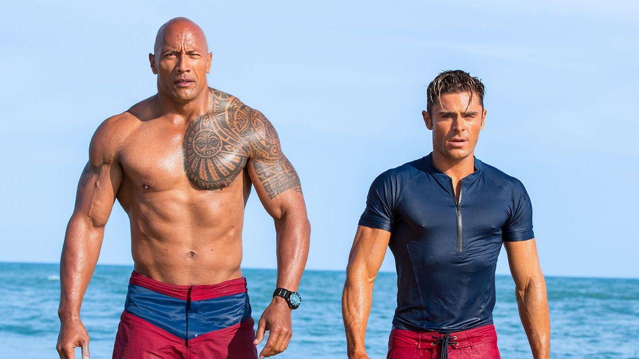 重啟 90 年代經典影集《海灘遊俠》的 2017 年電影《海灘救護隊》。