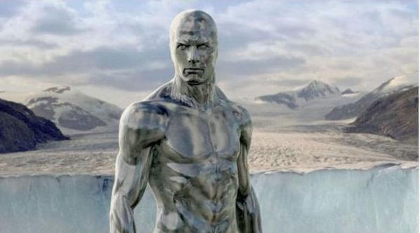 《驚奇4超人:銀色衝浪手現身》裡全身閃耀銀色光芒的外星人