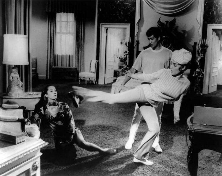 在《從前,有個好萊塢...》電影背後,事實中李小龍的確層擔任莎朗蒂的武術指導,圖為當時的片場記錄照片。