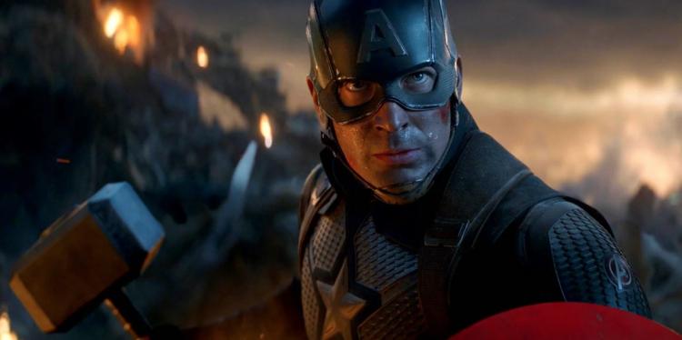 漫威超級英雄電影《復仇者聯盟》系列中,美國隊長曾拿起雷神之鎚。
