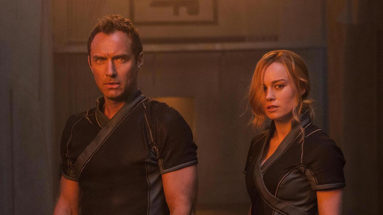 當《驚奇隊長》電影預告曝光後,畫面中的布麗拉森(右)總是不苟言笑,被部分網友形容「面癱」英雄。