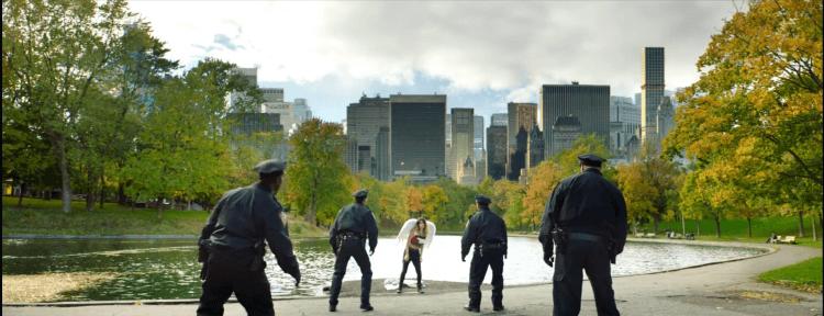 伊利亞蘇萊曼自導自演的電影《導演先生的完美假期》片中,一名戴有天使翅膀的女子在公園裡與員警玩起了捉迷藏。