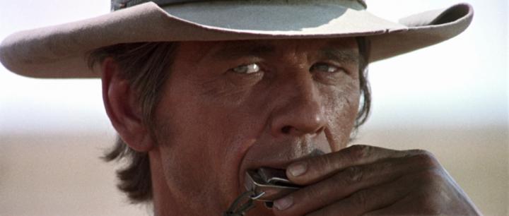 猛龍死吻 讓 80 年代動作紅星 查理士布朗遜 從陰間復活?!