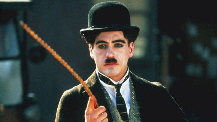 小勞勃道尼 (Robert Downey Jr.) 在《卓別林與他的情人》(Chaplin) 中飾演傳奇默劇演員卓别林。