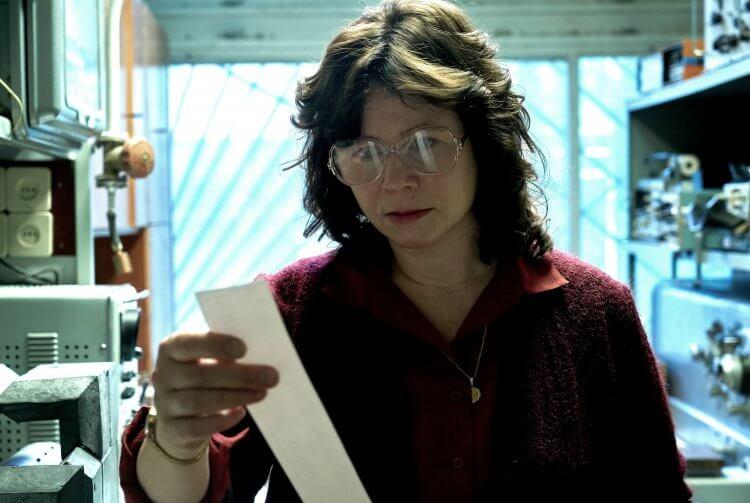 HBO 影集《核爆家園》中的核物理學家烏拉娜柯繆克(艾蜜莉華森 飾)。