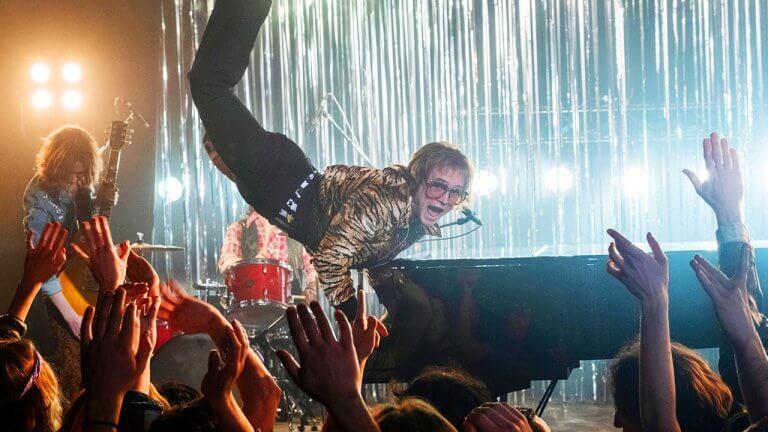重現艾爾頓強音樂傳奇生涯的《火箭人》——現實與電影呈現的改編差異