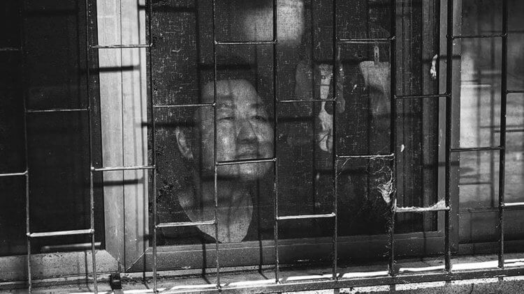 奉俊昊深受德國大師啟發,《寄生上流》複製《瘋狂麥斯:憤怒道》推出黑白版首圖
