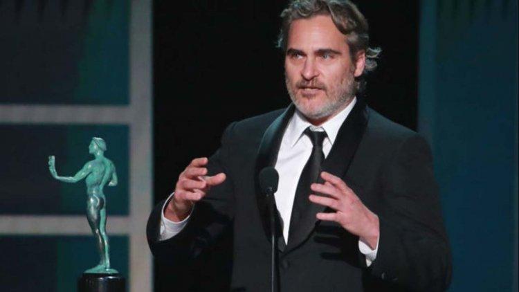 瓦昆菲尼克斯奪下演員工會獎!致詞時不忘幽默調侃李奧納多,並感性致敬希斯萊傑首圖