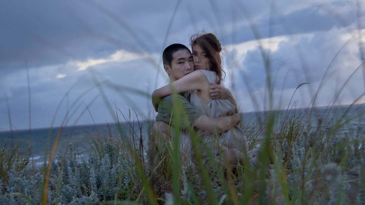 日本直木賞作家白石一文同名小說改編,R18+ 電影《火口的二人》柄本佑與瀧内公美詮釋分手戀人短暫重逢的情慾火花。