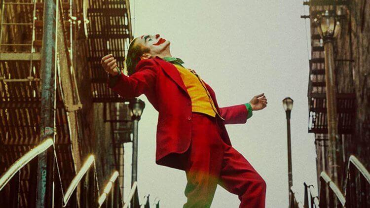 《小丑》瓦昆菲尼克斯一段即興舞動,舞出底層凡人蛻變成泰然罪犯的重大反差,導演:就是這個時刻!首圖