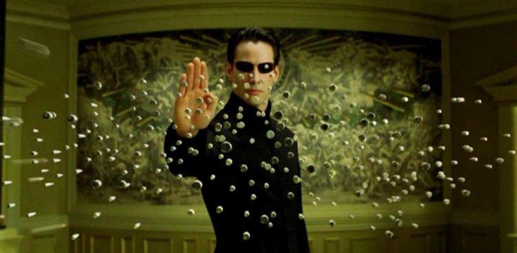 基努李維主演科幻動作電影《駭客任務》及《驅魔神探》等作品將於 Warner TV 播出 。